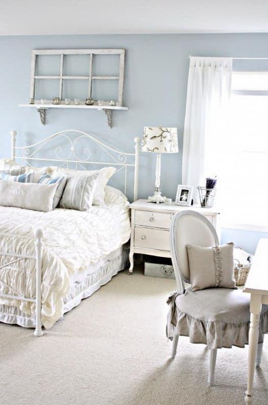 Кованая кровать в интерьере в средиземноморском стиле