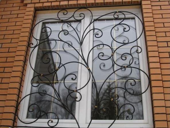 Кованая решетка для окна - надежно и красиво