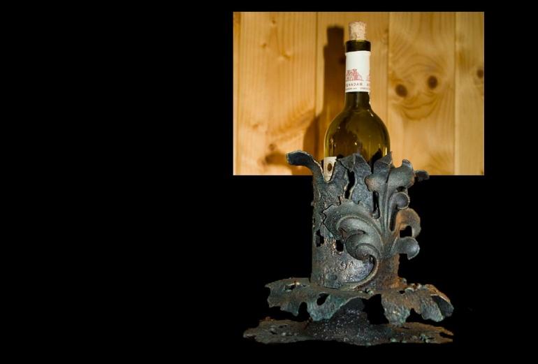Кованая подставка для бутылки - украшение интерьера