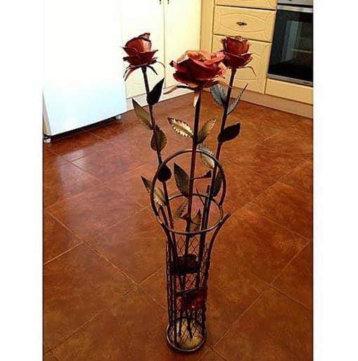 Кованые розы в кованой вазе - украшение интерьера