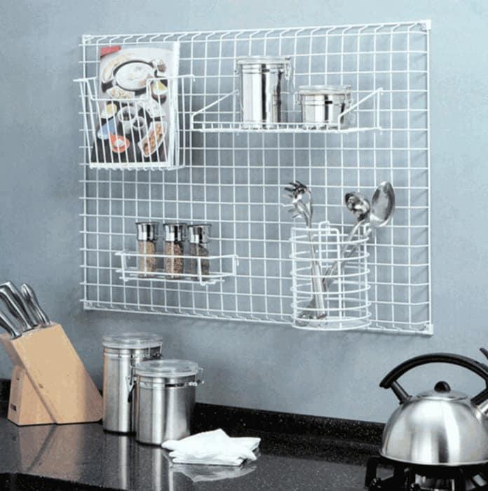 Привычная для многих, но не утратившая актуальность металлическая сетка на стене. Это тоже рейленг.
