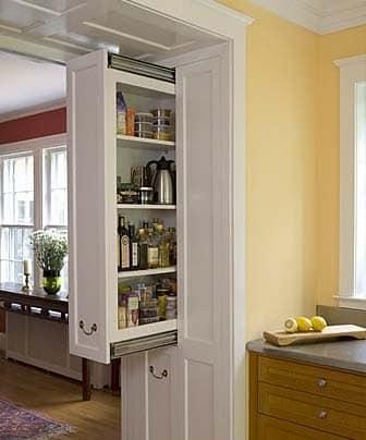 Выдвижная кладовка - весьма оригинальное решение для оптимизации кухни.
