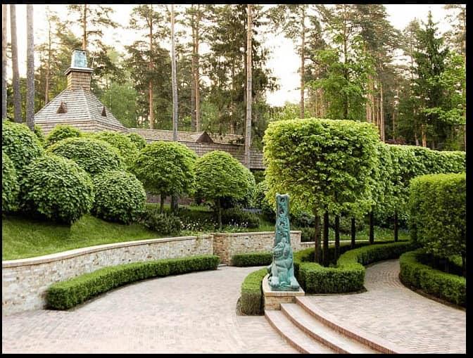 Лестница в саду во французском стиле