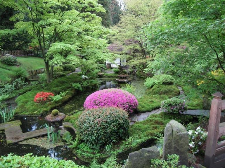 Японский сад - лестница, ведущая вниз к бесадке визуальна увеличивает пространство сада