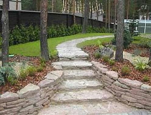 Несколько ступенек лестницы в саду подчеркнут красоту ландшафта