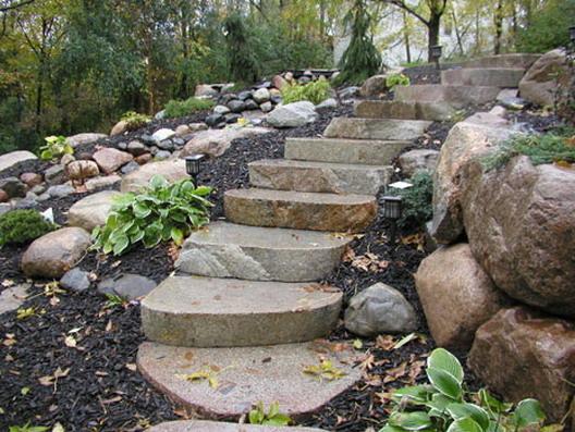 Лестница из камня в саду