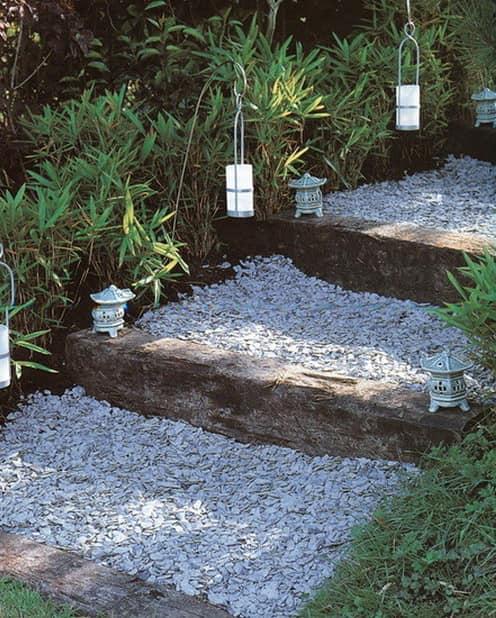 Врезная лестница со ступенями из гравия для сада в природном стиле