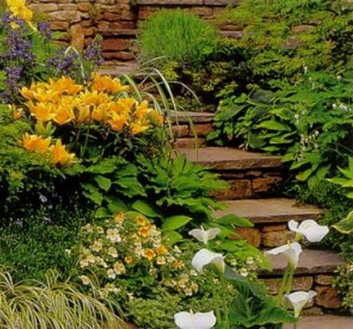 Цветы и декоративно-лиственные растения - прекрасное украшение для лестницы в пейзажном стиле
