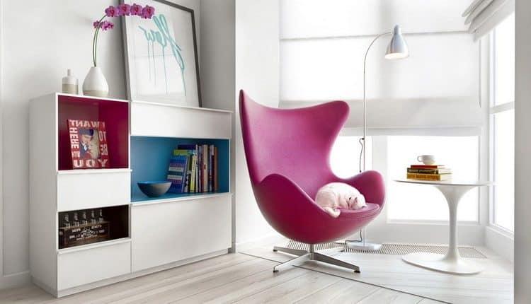 Место для чтения: кресло и полка с книгами у окна + торшер для вечернего времени