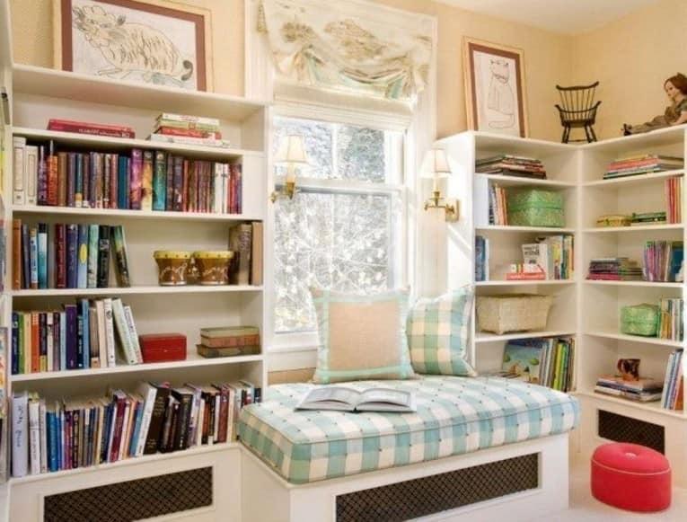 Светлый уголок для чтения у окна с книжными полками фото