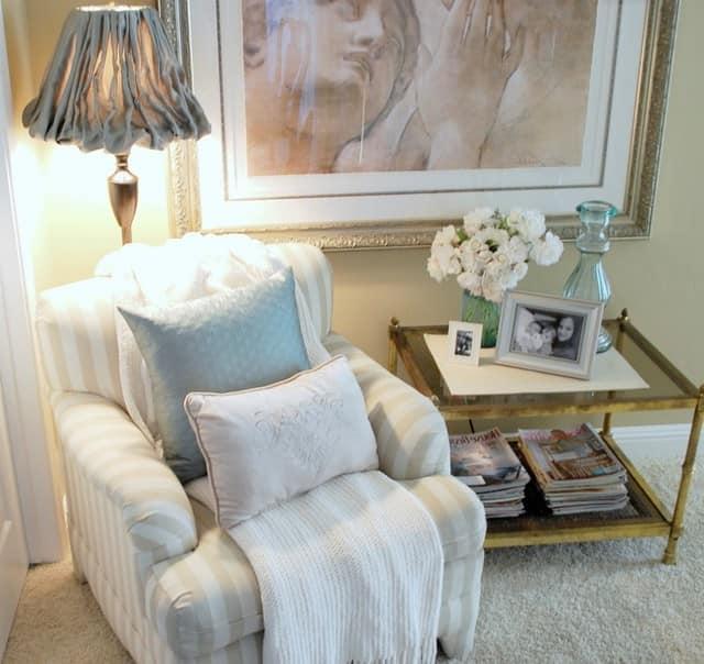 Место для чтения: кресло, торшер и журнальный столик для книг и чашки чая
