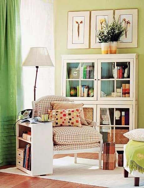 Столик или полка для хранения книг в уголке для чтения