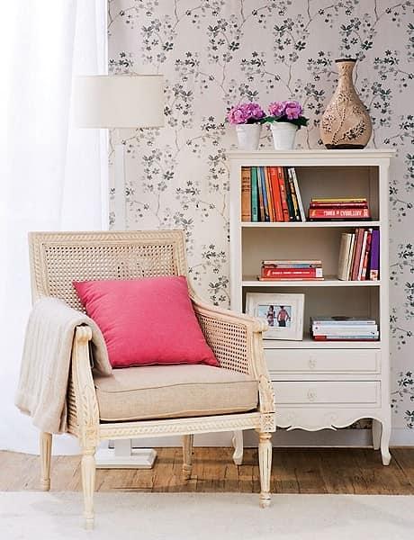 Небольшой шкаф или стеллаж для книг в месте для чтения