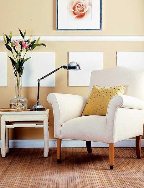 Компактный уголок для чтения: кресло, столик для книг и лампа