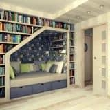 Библиотека и уголок для чтения в нише