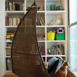 Подвесное кресло в углу для чтения