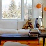 Место для чтения на диване в гостиной