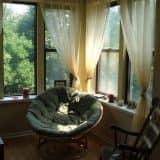 Плетеная мебель в углу для чтения
