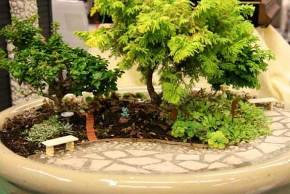 Миниатюрный сад - имитация уголка настоящего сада