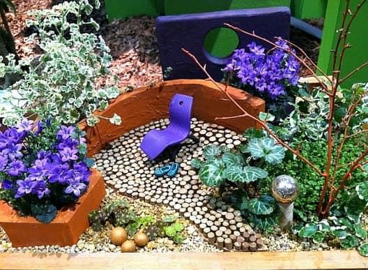 Миниатюрный сад с садовой мебелью