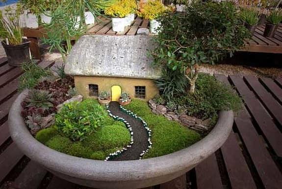 Миниатюрный сад - домик  в деревне