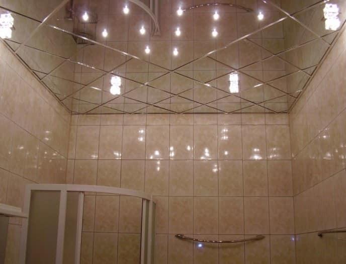 Подвесной потолок из зеркальных плит в интерьере ванной