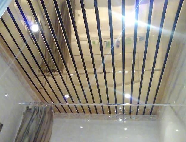 Зеркальный реечный потолок в интерьере ванной комнаты