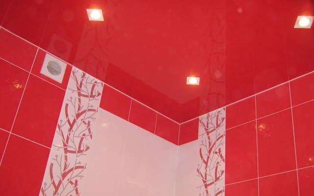 Красный натяжной потолок в интерьере ванной