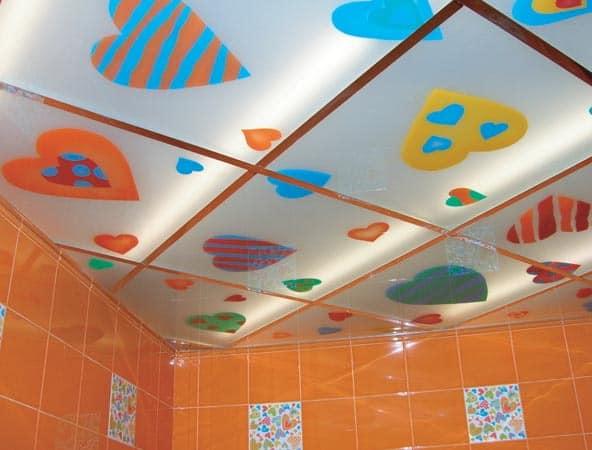 Потолок из матового стекла с рисунками и подсветкой изнутри в интерьере ванной