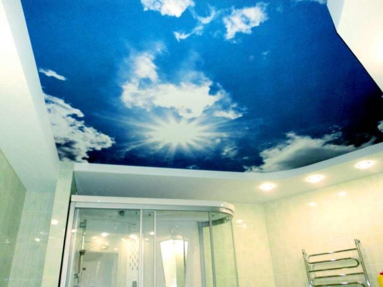 Натяжной потолок в интерьере ванной