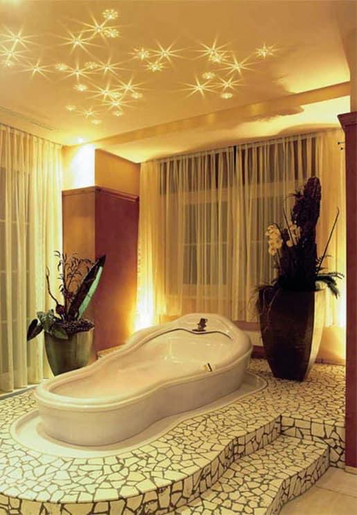 Декоративная подсветка потолка в интерьере ванной