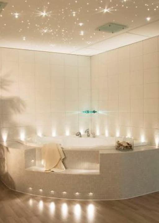 Потолок в ванной - подсветка светодиодной лентой и светильниками снизу