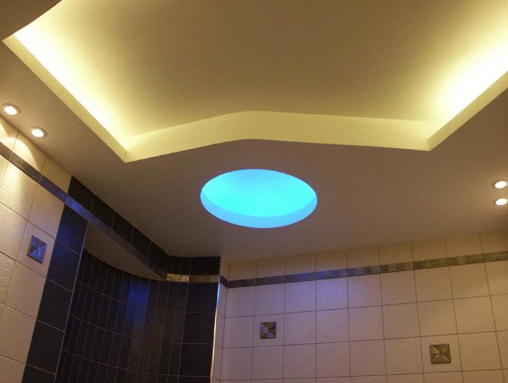 Потолочное освещение в интерьере ванной комнаты