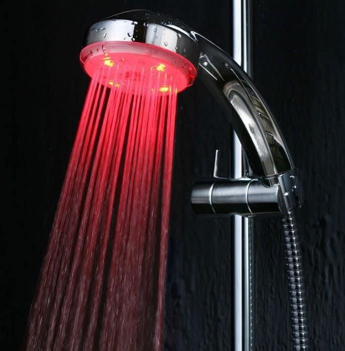 Подсветка воды в душе в интерьере ванной комнаты