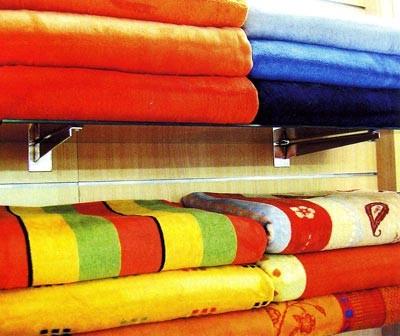 Ярко-желтые и оранжевые полотенца на полках в ванной - простой весенний декор