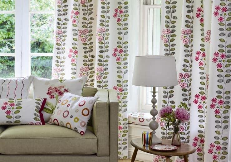 Белый цвет и цветочный узор весеннего текстиля фото