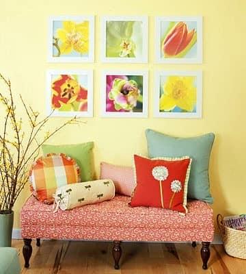 Сочетание рисунка на текстильных подушках - клетка, цветы и однотонные