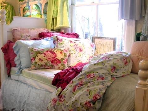 Дачный весенний декор с помощью текстиля в спальне: постельное белье, подушки и шторы