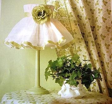Абажур из ткани и цветочные легкие шторы в весеннем декоре