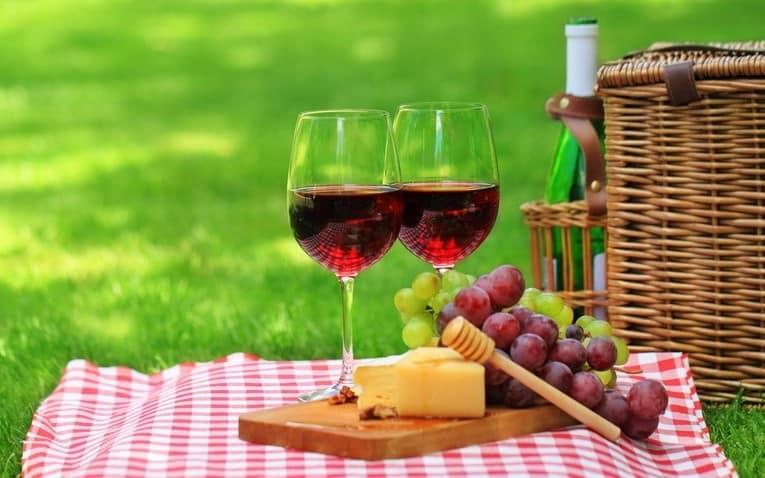 Украшение места и сервировка стола для пикника фото