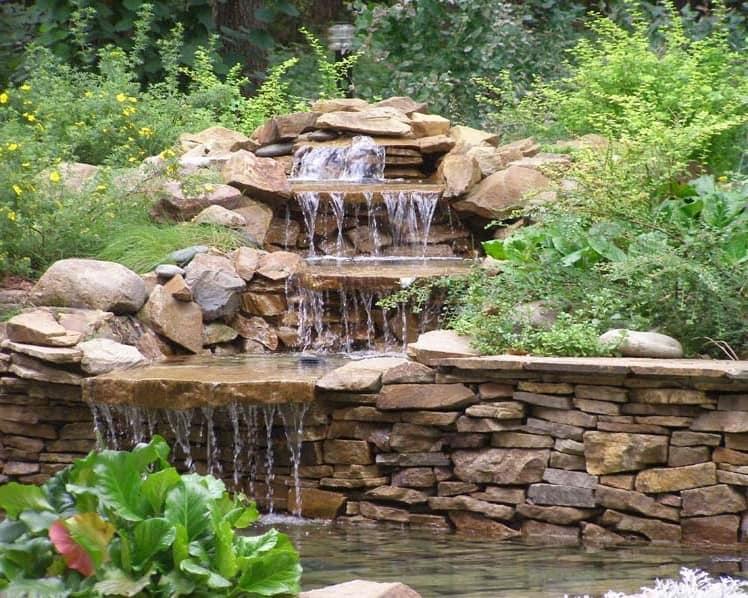 Альпийская горка с многоярусным водопадом в саду