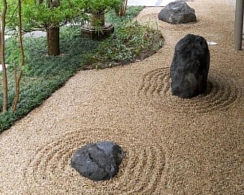 Хрупкий песчаный аренарий не подходит для сада, где живет домашний питомец