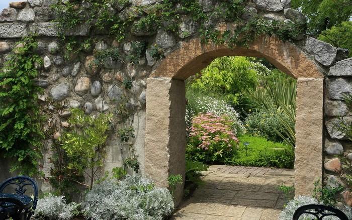 Садовая арка из камня - вход на участок фото