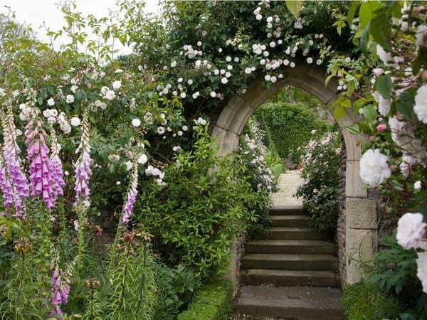 Каменная арка на дорожке в саду фото