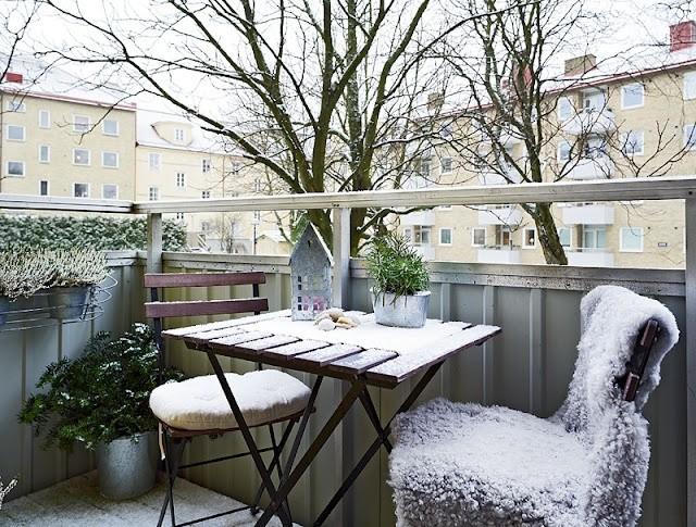 Зимний уголок отдыха на балконе городской квартиры