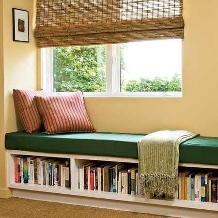 Библиотека и уголок для чтения на подоконнике