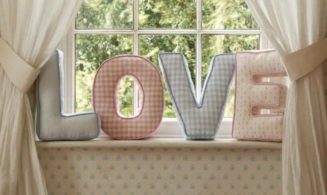 Объемные буквы в интерьере спальни