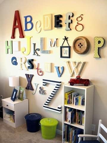 Алфавитный способ размещения букв в интерьере детской комнаты
