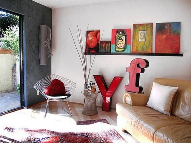 Объемные буквы в интерьере гостиной