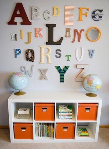 Объемные буквы на стене, гармонирующие с интерьером